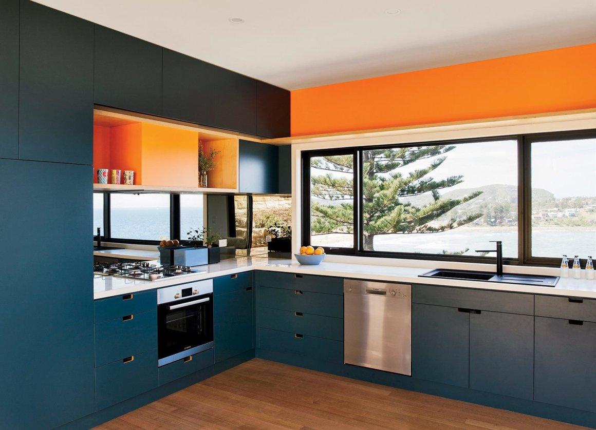 Inspiré par la mer et le sable, le couple choisit des couleurs de menuiserie bleue et orange.  Le four, la table de cuisson, la hotte et le lave-vaisselle sont fournis par Bosch.