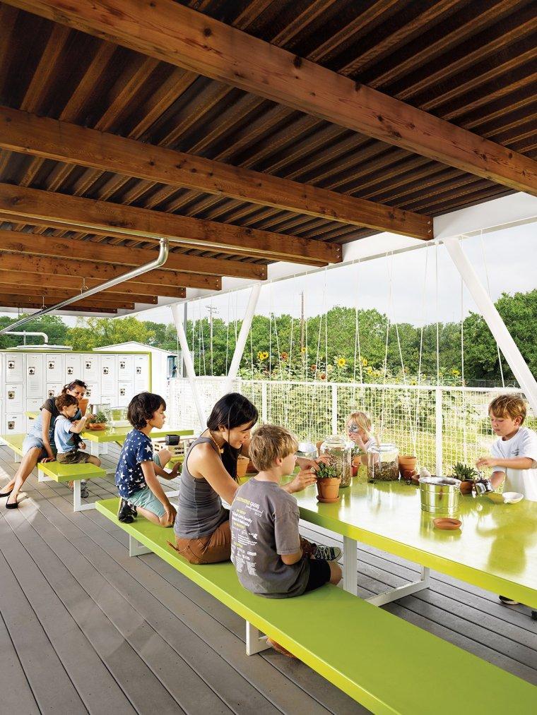11 L'architecte Burton Baldridge a fait don de ses services à Casis Elementary - la grande école publique de sa fille à Austin, au Texas - pour concevoir et construire une salle de classe en plein air qui augmenterait un jardinage organique programme.