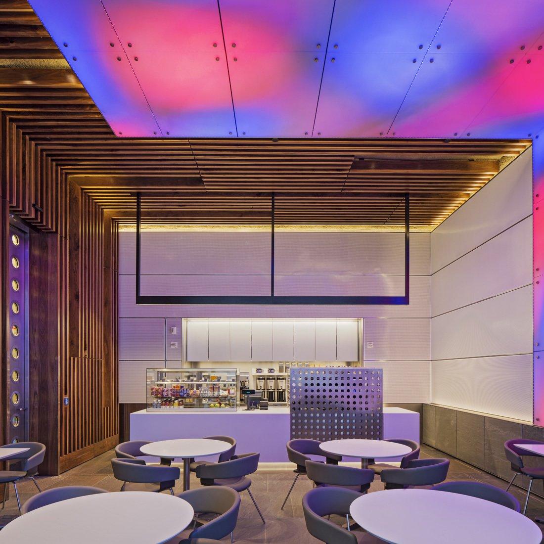 Terrain à l'Université de Yale par les architectes de Bentel et Bentel <br> <br> Les surfaces de béton d'origine sont intentionnellement visibles par les voiles de l'intervention matérielle par respect pour l'exploration unique de Breuer dans son design des possibilités de textures de Un seul matériau.