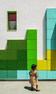 """11 Écoles innovantes et modernes où la créativité et la bonne conception - Photo 3 de 11 - Cet établissement préscolaire moderne de New Dehli a été transformé d'une résidence autrefois abandonnée.  La façade, connue sous le nom de """"The Tetrisception"""", a été décorée d'une série de cubes de briques en plâtre, une technique de conception peu coûteuse et colorée."""