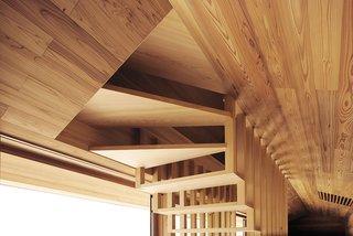 Le design ouvert de l'escalier est révélé, créant un motif unique qui se reflète dans les rampes d'escalier et les évents.