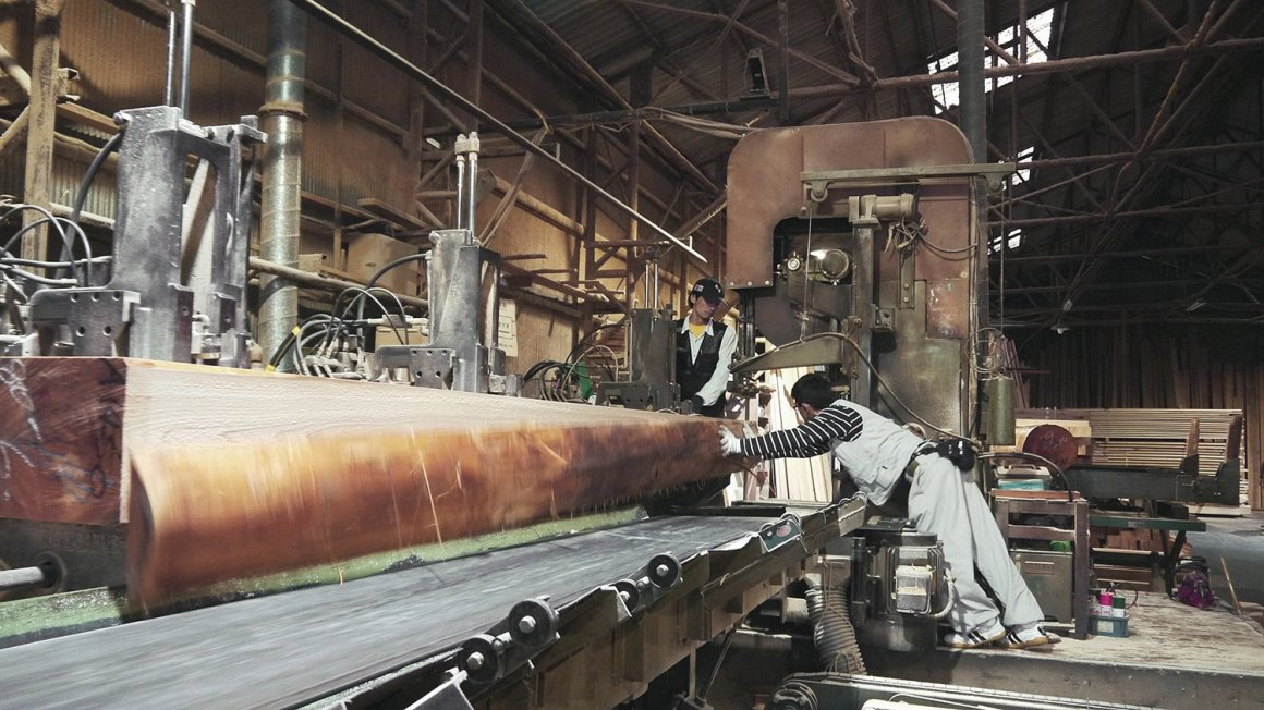 Les faisceaux longs sont préparés par des travailleurs d'une usine de Yoshino, prêts à être utilisés et utilisés sur le chantier.