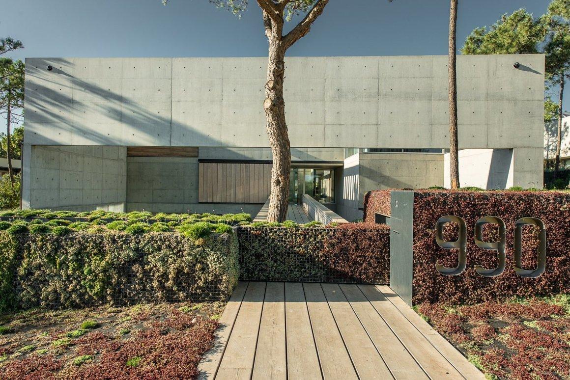 Une piscine avec un fond en verre surplombe l'autre dans une maison de la Riviera portugaise - Photo 5 de 12 -