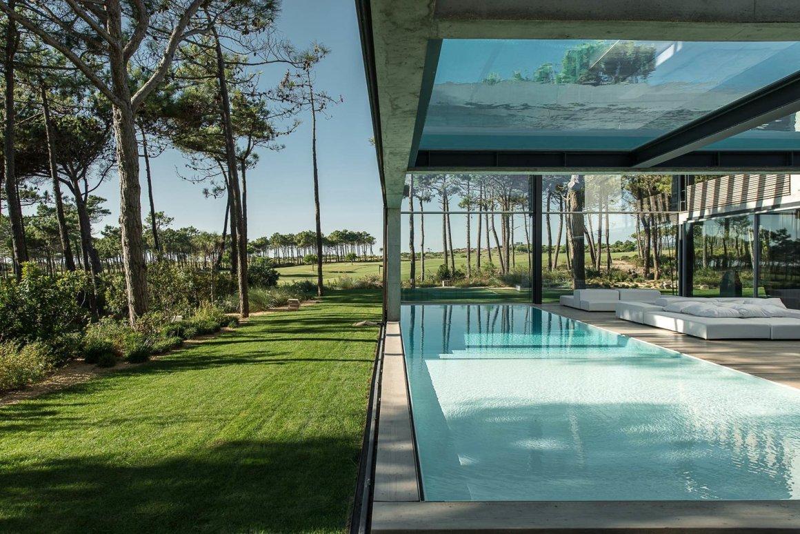 Une piscine avec un fond en verre surplombe l'autre dans une maison de la Riviera portugaise - Photo 7 sur 12 -