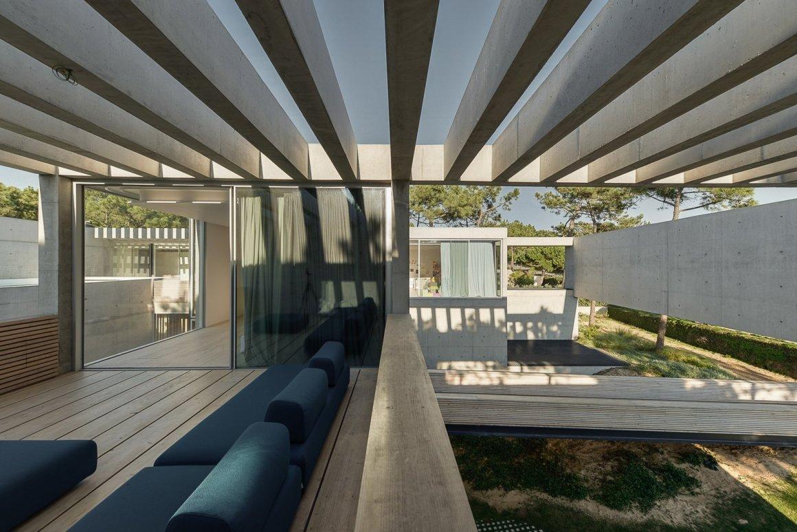 Une piscine avec un fond en verre surplombe l'autre dans une maison de la Riviera portugaise - Photo 8 sur 12 -