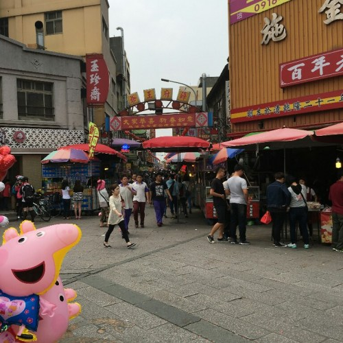 The plaza in front of the Mazu Temple is crowded with traditional food stores. Many stores there are over 100 years old.