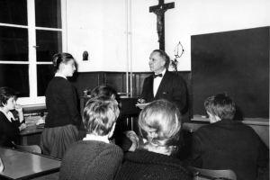 Lettre d'un ex-conseiller scolaire : l'école catholique est faite pour transmettre la foi et non pour arborer le drapeau LGBT