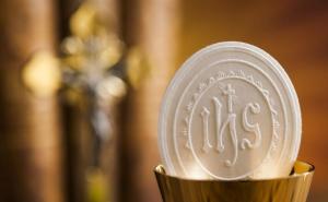 Pour mieux défendre l'enfant à naître caché, défendons le Christ invisiblement présent dans l'Eucharistie