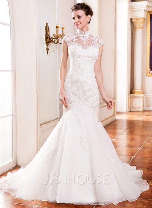 Une robe de mariée à col montant