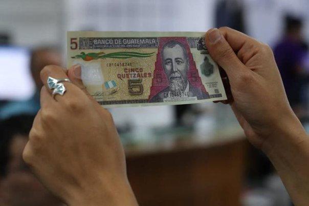 El billete a base de polímero se introdujo en la economía el 18 de noviembre del 2008 y se retirará en el 2020. (Foto Prensa Libre: Paulo Raquec)