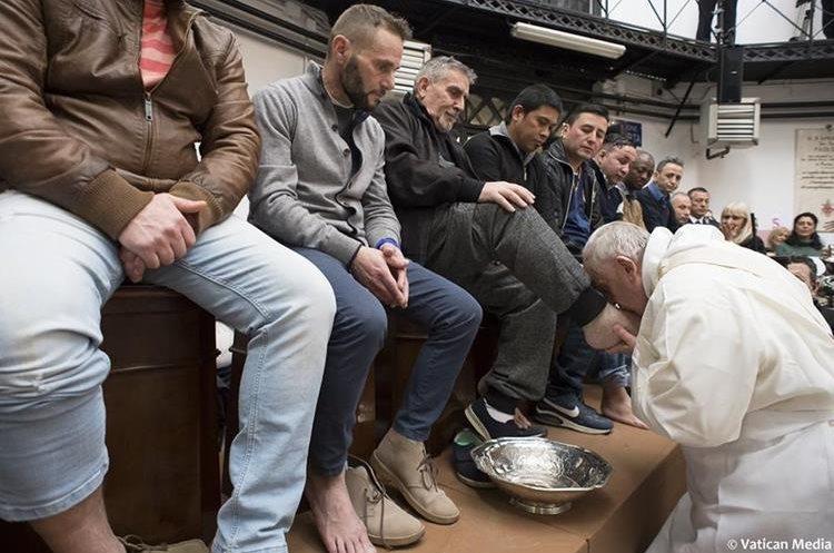 """El Papa lava los pies de los reclusos en la prisión """"Regina Coeli"""" en Roma durante las celebraciones del Jueves Santo. (Foto Prensa Libre:AFP)."""