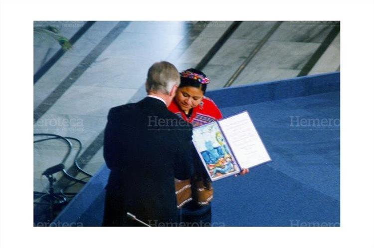 Rigoberta Menchú recibe de manos de Francis Sejersted la medalla de oro y el diploma que la acreditan como ganadora del Nobel de la Paz 1992, acto realizado  en el salón de honor del Ayuntamiento de Oslo. 10/12/1992