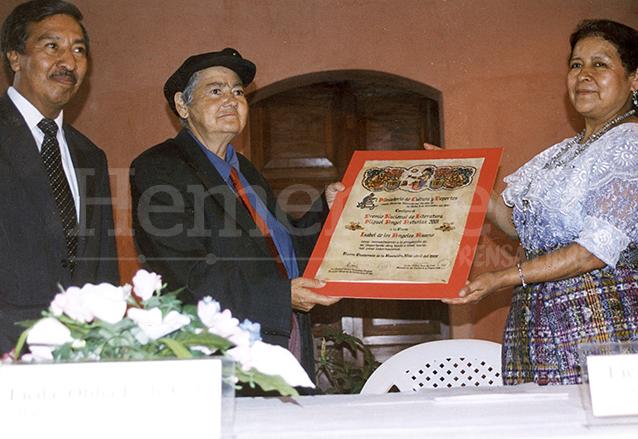 """En el año 2002 recibió el Premio Nacional de Literatura """"Miguel Ángel Asturias"""" correspondiente al del año 2001. (Foto: Hemeroteca PL)"""