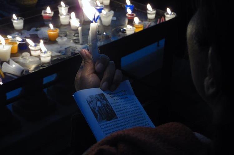 En cada visita se reza una oración especial según la petición particular. Los devotos suelen llevar un devocionario.  (Foto: Néstor Galicia)