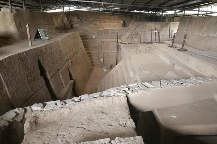 La arqueóloga Bárbara Arroyo, dice que los edificios fueron hechos de arcilla, arena y pómez recubiertas por repello de barro y arena. (Foto Prensa Libre: Sandra Vi)