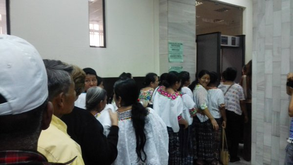 Mujeres de Cobán ingresan al Juzgado de Mayor Riesgo A, para presenciar la audiencia. (Foto Prensa Libre: Glenda Sánchez)