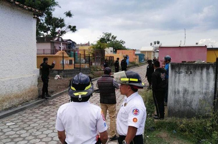 Bomberos Voluntarios ya no pudieron hacer nada por las victimas, ya que las heridas fueron mortales. (Foto Prensa Libre: Hugo Oliva)