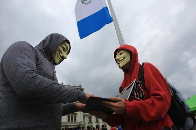 El grupo de Anonymous Guatemala está integrado por estudiantes y profesionales de la informática, médicos, entre otros. (Foto Prensa Libre: Esbin García)