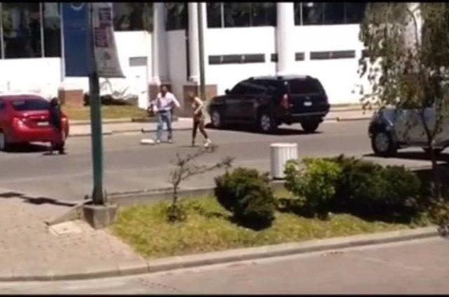 Un hombre agredió a una mujer en un centro comercial. (Prensa Libre Foto: Cortesía)