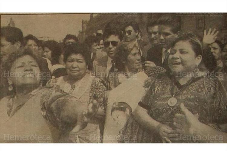 Numerosas personas mexicanas se acercan a la líder indígena guatemalteca Rigoberta Menchú, ganadora del premio Nobel de la Paz, para tocarla y ovacionarla.  19/12/1992 (Foto: Hemeroteca PL)