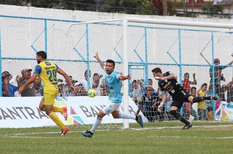 Miguel Farfán marcó el único tanto del encuentro en el estadio Municipal de Sanarate. (Foto Prensa Libre: Hugo Oliva)