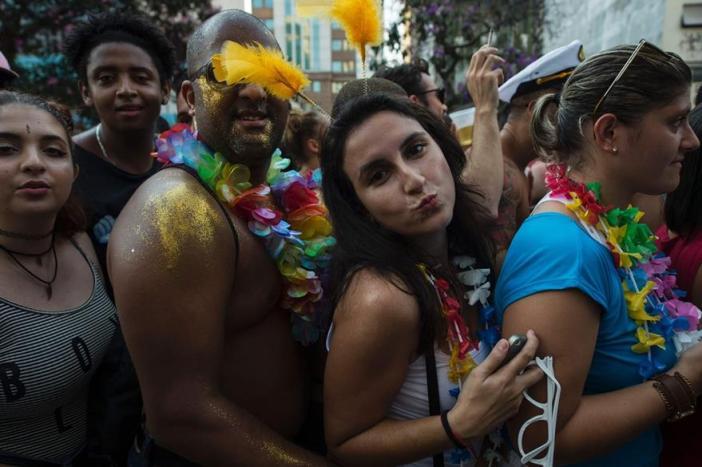 Las calles de Brasil se llenan de comparsas y colorido durante el Carnaval, considerado el más grande del mundo. (Foto Prensa Libre: AFP).