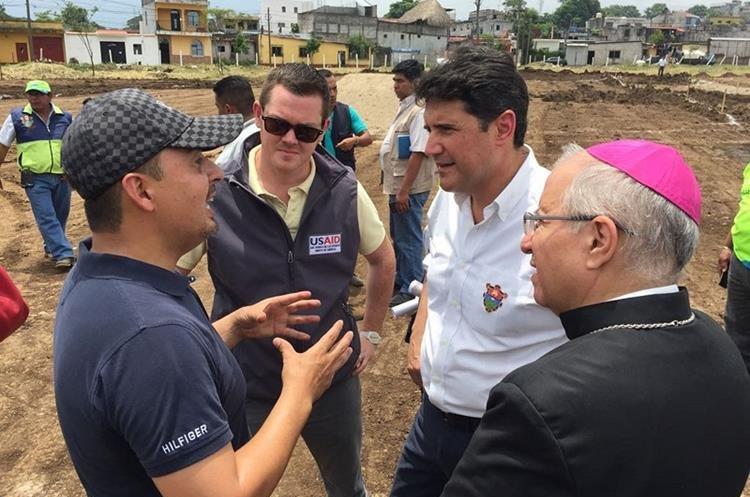 Los alcaldes de la Guatemala, Ricardo Quiñónez, y de Escuintla, Abraham Rivera, recorren terreno donde se construye albergue para trasladar a damnificados por la erupción del Volcán de Fuego. (Foto Prensa Libre: Enrique Paredes)