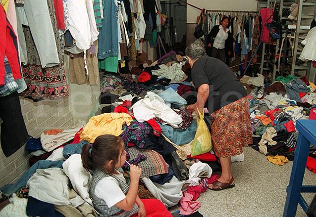 Negocio de venta de ropa usada en 2000 en la capital. (Foto: Hemeroteca PL)