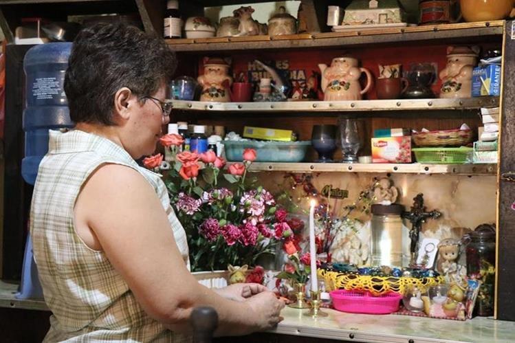 Miriam Elizabeth Maldonado ora frente a la imagen de la Virgen Maria. (Foto Prensa Libre: Cristian Icó)