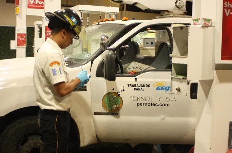 Las víctimas supuestamente se encontraban abasteciendo el vehículo de combustible. (Foto Prensa Libre: Érick Ávila)