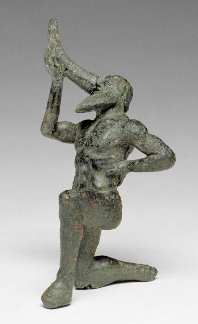 Statue de satyre agenouillé et buvant dans une corne