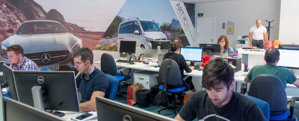 Empleados de la oficina de Artyco en Madrid trabajando bajo la supervisión del responsable de marketing, Emilio Fernández Lastra (al fondo).
