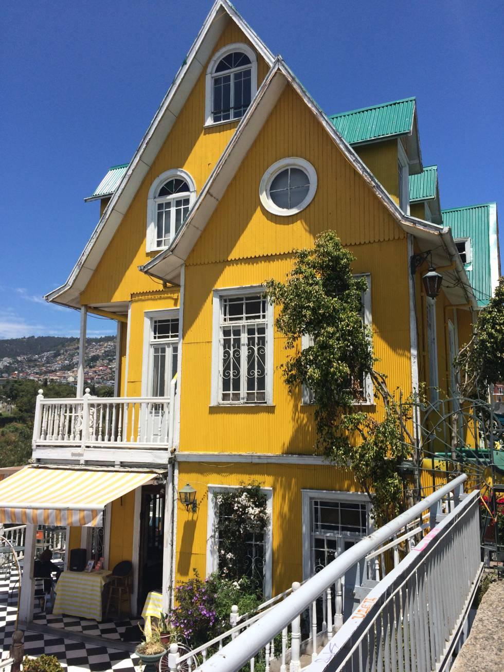 Una de las típicas y coloridas casas que salpican la pintoresca Valparaíso.