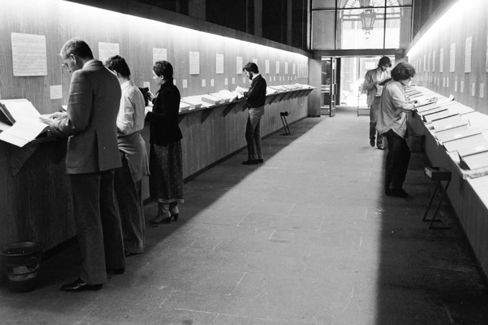 Ciudadanos revisan los tomos con las declaraciones públicas de los contribuentes en el hall del Ministerio de Hacienda en Madrid en 1979.