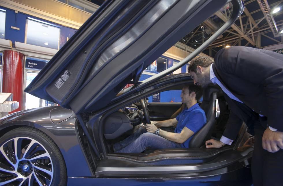 Un visitante prueba un coche durante el salón del año pasado.