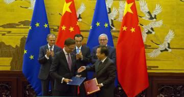 El presidente del Consejo europeo, Donald Tusk, el primer ministro chino, Li Keqiang, y el presidente de la Comisión Europea,Jean-Claude Juncker, aplauden el intercambio de documentos tras la Cumbre bilateral entre la UE y China. rn