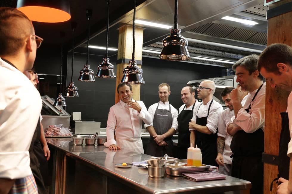 El chef David García, al centro, con el personal de cocina.
