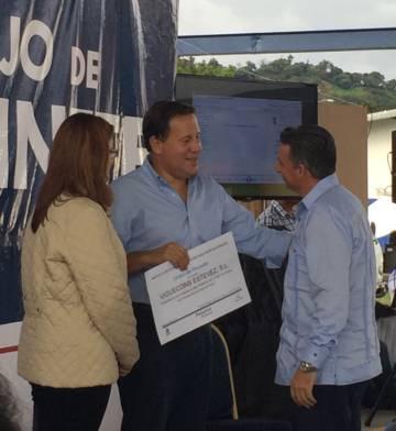 El presidente de Panamá, Juan Carlos Varela, y el gerente de Viguecons, Francisco Estévez, en el acto de adjudicación de un contrato a la española.