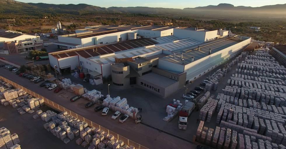 Vista aérea de la fábrica de Bestile Cerámicas en L'Alcora (Castellón).