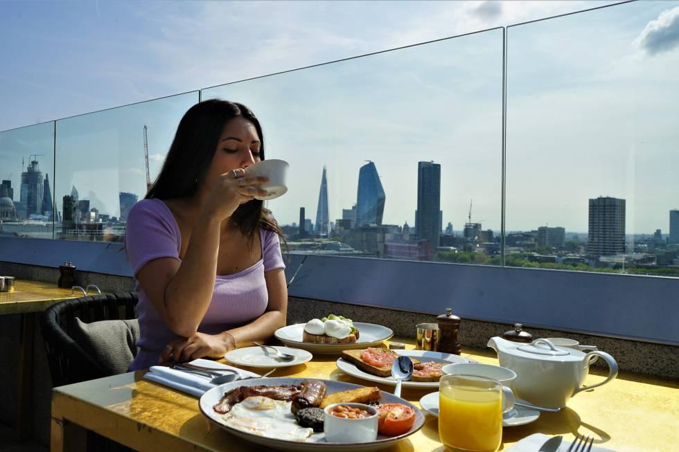 Desayuno en el Rooftop Bar del ME London.