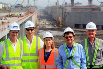 José María Orihuela (primero por la izquierda), durante su etapa como CEO de Sacyr Construcción, en una visita de Ana Pastor al Canal de Panamá