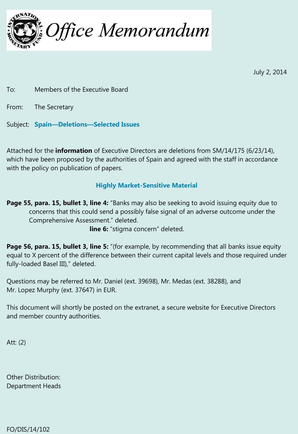 Captura del documento del FMI en la que se señalan las partes de texto original que fueron eliminadas a instancias del Gobierno español.