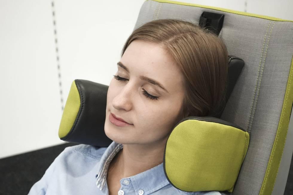 Un asiento de clase turista de Recaro con reposacabezas