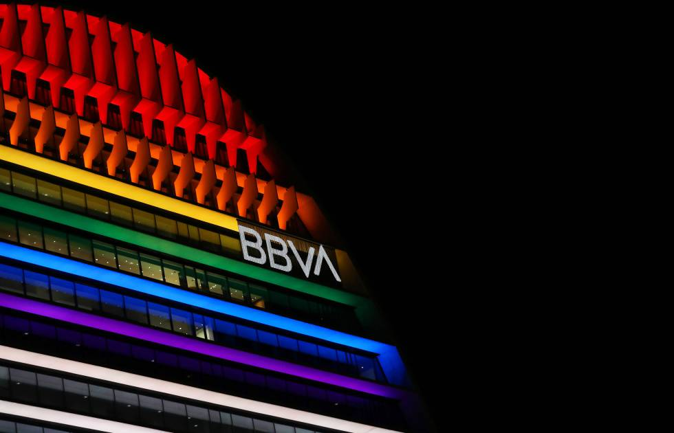 El edificio de La Vela del BBVA, iluminado con la bandera del Orgullo.