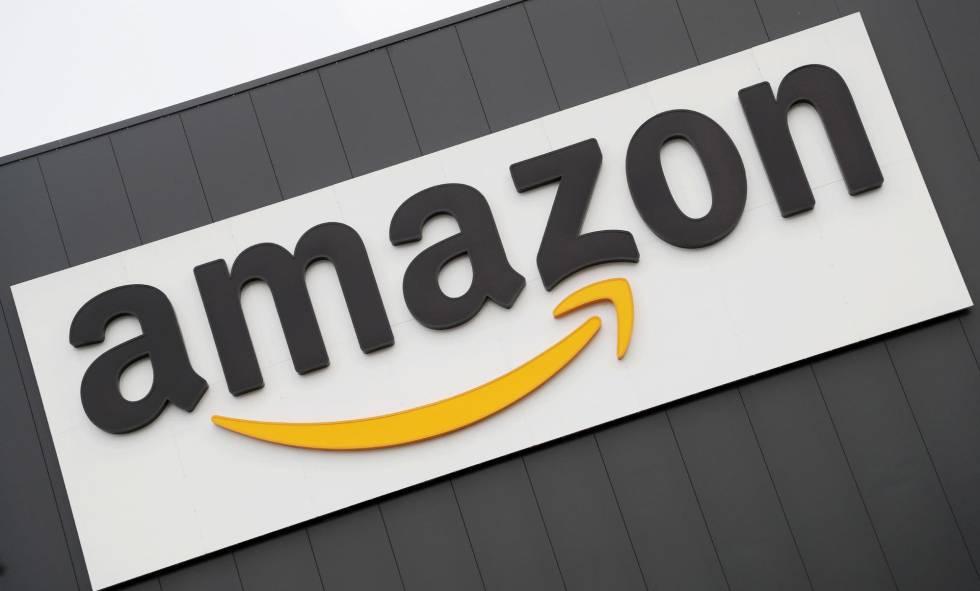 Logo de Amazon en un centro de distribución