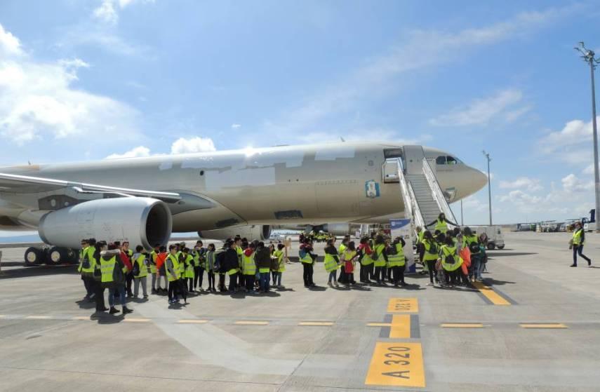 Un grupo observa una aeronave en preservación.