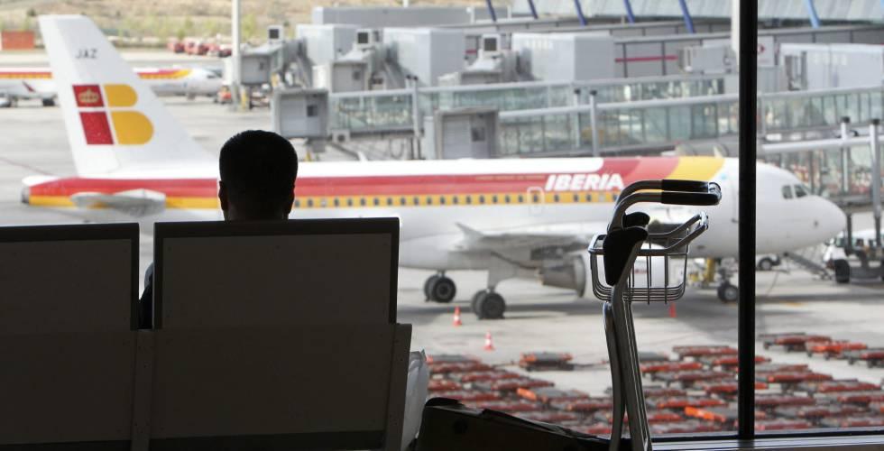 Viajeros esperan en la T-4 del aeropuerto Adolfo Suárez Madrid-Barajas.