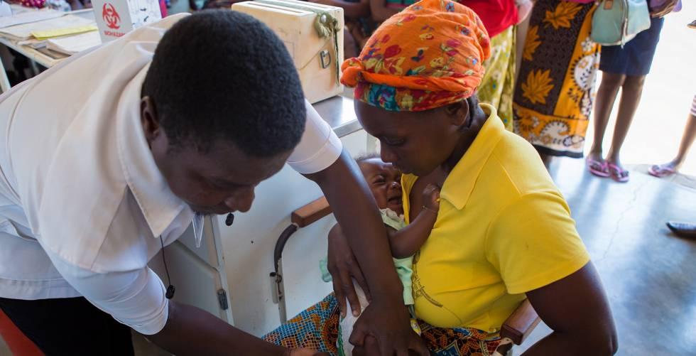 Programa de vacunación en África, con ayuda de La Caixa.
