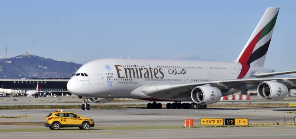 Avión A380 de Emirates en el aeropuerto de El Prat.