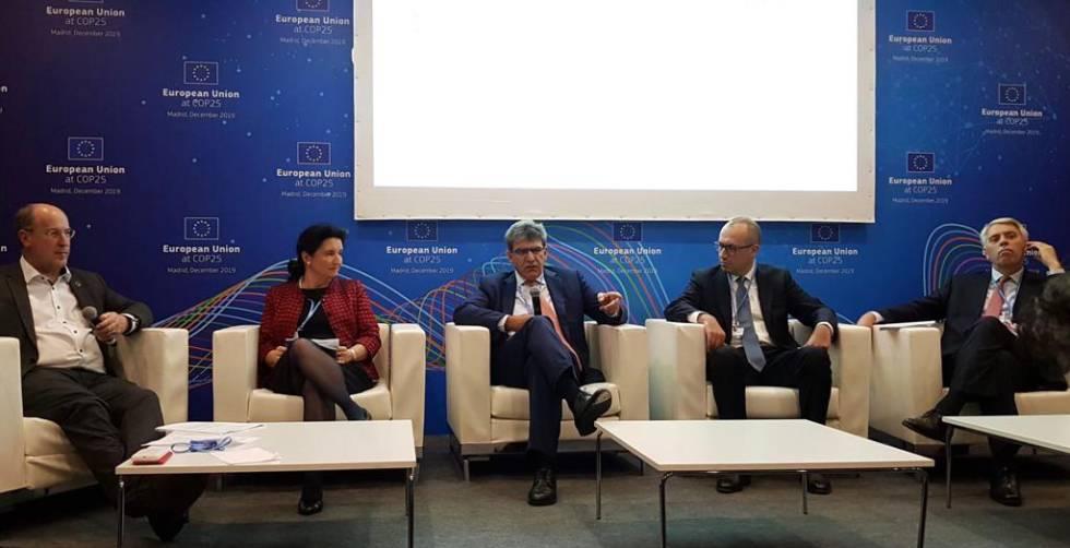 Los consejeros delegados de Banco Santander, José Antonio Álvarez, y BBVA, Onur Genç, este lunes durante un evento en la COP25.